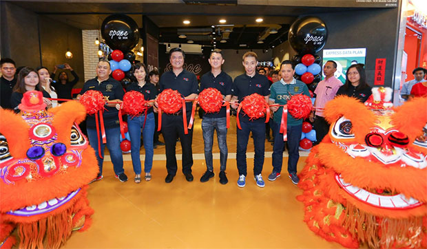 Lee Chong Wei attends ribbon cutting ceremony for a telecommunications shop in Malaysia.(photo: XOX)