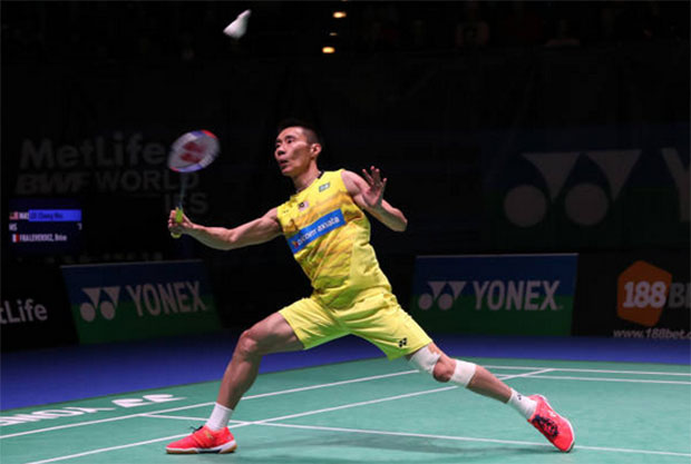Lee Chong Wei plays with some strapping on his left knee on Wednesday. (photo: AP)
