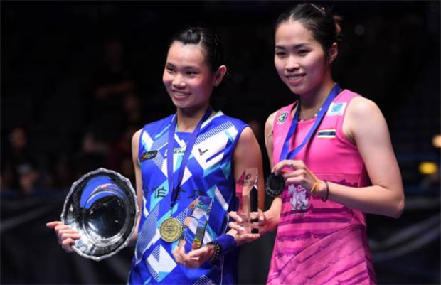 Tai Tzu Ying (L) poses the All England trophy with Ratchanok Intanon. (photo: AFP)