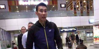 Lee Chong Wei holds his children's hands at Kuala Lumpur International Airport (KLIA). (photo: FB)