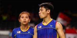 Goh Liu Ying (left) is still battling her knee injury. (photo: AFP)