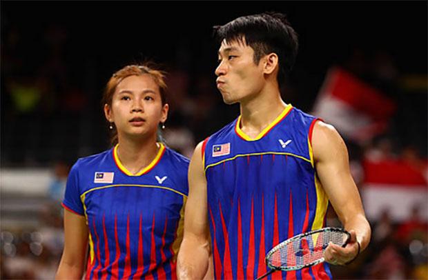 Goh Liu Ying (left) is still battling her knee injury. (photo: AFP)