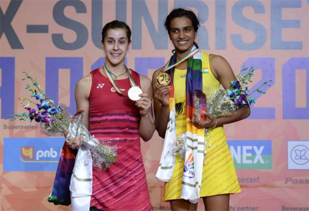 P.V. Sindhu (R) poses with Carolina Marin during the awarding ceremony for the India Open. (photo: AFP)