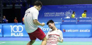 Marcus Fernaldi Gideon/Kevin Sanjaya Sukamuljo celebrate after defeating Li Junhui/Liu Yuchen in Malaysia Open semi-finals. (photo: PBSI)