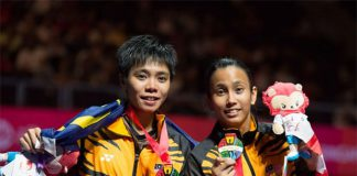 Soong Fie Cho and Amelia Alicia Anscelly (right) win women's doubles gold medal at the 2015 SEA Games. (photo: Lawrence Loh)