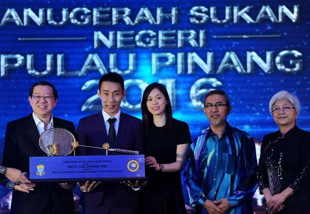 Lee Chong Wei poses with the All-time Athlete Award together with his wife Wong Mew Choo and Chief Minister of Penang Lim Guan Eng (left). (photo: Bernama)