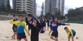 Malaysia's Sudirman Cup team relaxes on the beach. (photo: Lai Pei Jing's Facebook)