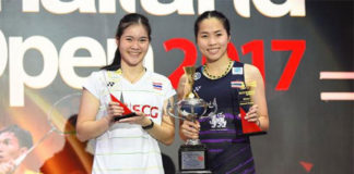 Ratchanok Intanon (right) poses with Busanan Ongbamrungphan as she holds the 2017 Thailand GPG trophy.