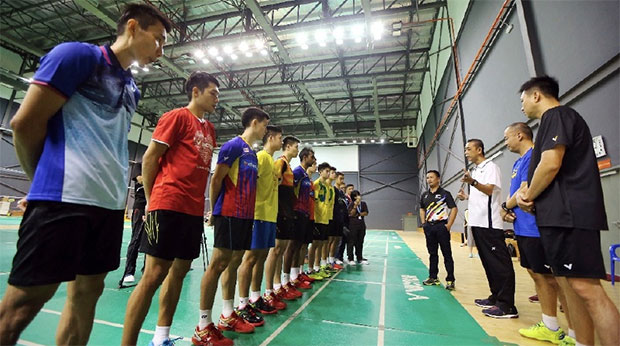 Misbun Sidek talks to Malaysian players during his first training session with BAM. (photo: Luqman Hakim Zubir)