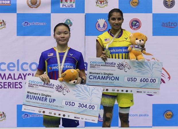 Selvaduray Kisona shares the podium with Lee Ying Ying. (photo: Bernama)