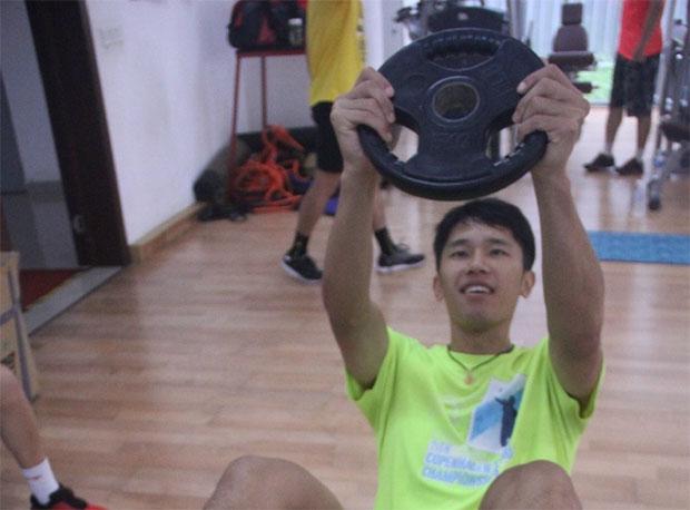 Tian Houwei working hard with weight training.
