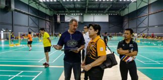 Morten Frost (left) gives a briefing on Malaysian badminton team's preparation for SEA Games. (photo: Osman Adnan)