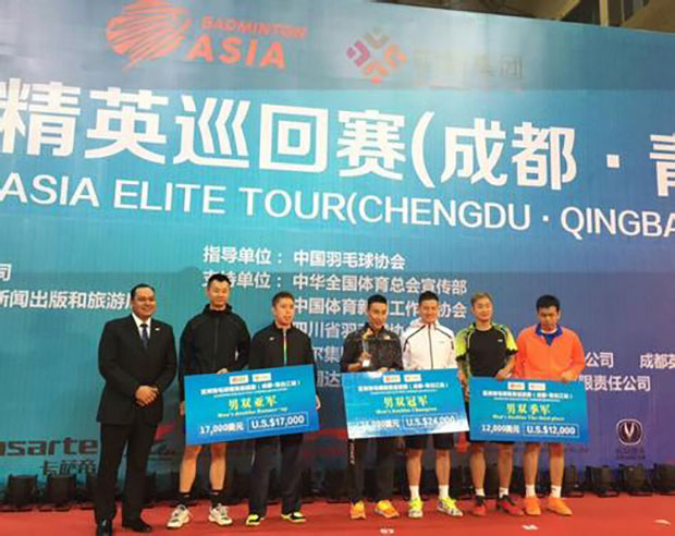 Lee Chong Wei laughs with Cai Yun on the podium at the 2017 Chengdu Badminton Asia Elite Tour.
