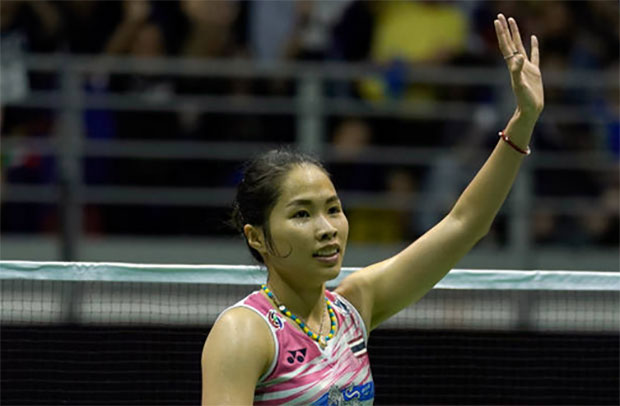 Ratchanok Intanon thanks the crowd after the women's singles final. (photo: AP)