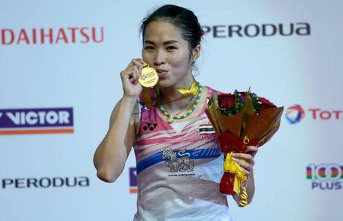 Ratchanok Intanon kisses the Malaysia Masters medal. (photo: AP)
