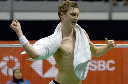 Viktor Axelsen celebrates after winning the Malaysia Masters. (photo: AP)