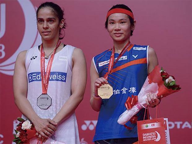 Tai Tzu Ying (right) poses with Saina Nehwal during Indonesia Masters award ceremony. (photo: AP)