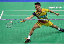 Lee Chong Wei shows his team the true mark of leadership. (photo: AP)