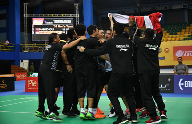 Indonesian players race onto the court after beating China 3-1 in the 2018 Badminton Asia Team Championships final. (photo: AP)