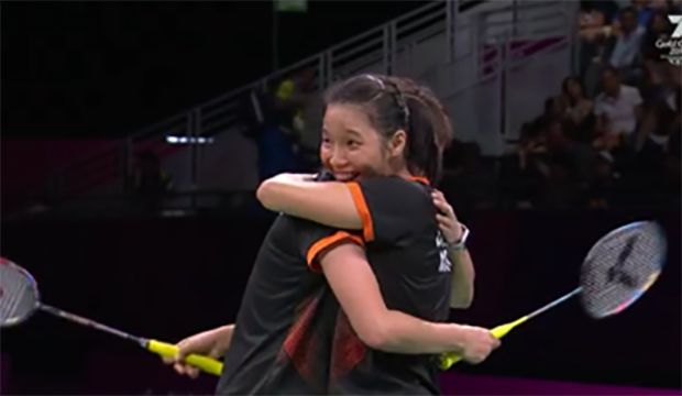 Chow Mei Kuan/Vivian Hoo of Malaysia beat Lauren Smith/Sarah Walker of England 21-12, 21-12 to win women's doubles gold at the 2018 Commonwealth Games.