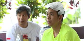 Hendra Setiawan with ice bag on his head.