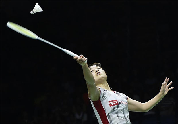 Okuhara Nozomi returns a shot from Nitchaon Jindapol of Thailand in the Uber Cup final. (photo: AP)