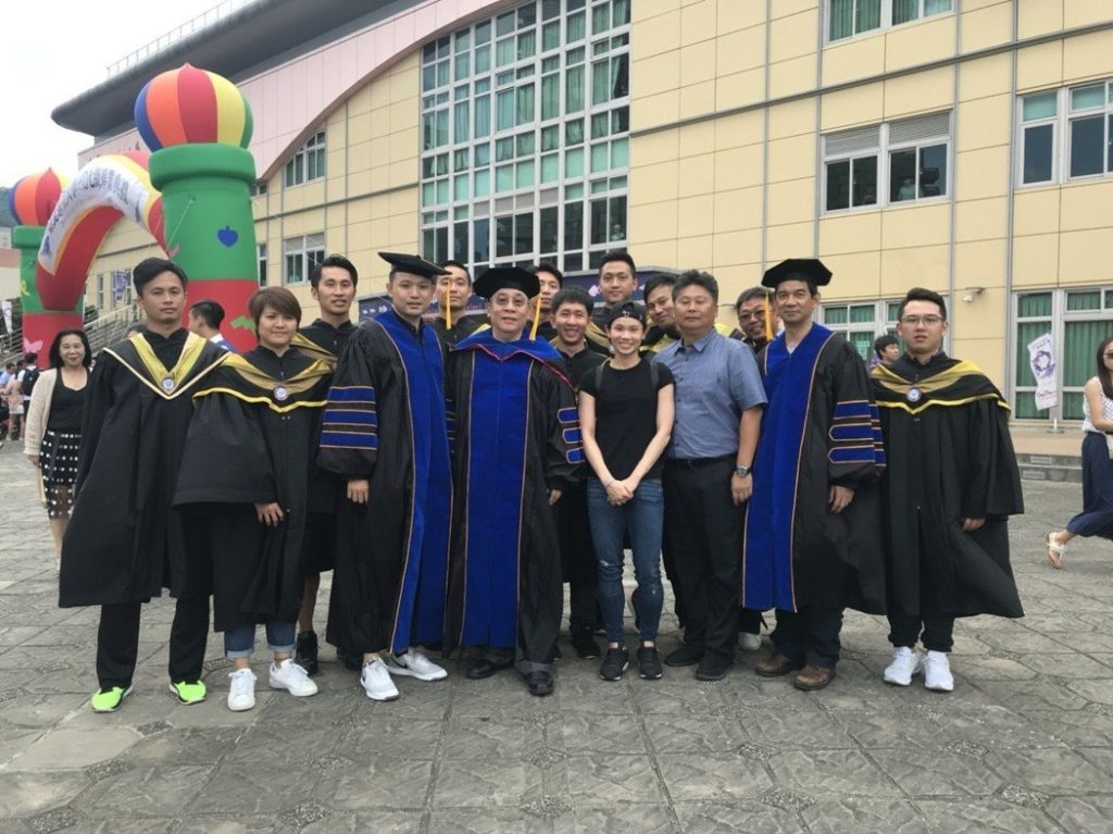 Tai Tzu-ying takes pictures with her friends and professors. (photo: Facebook)