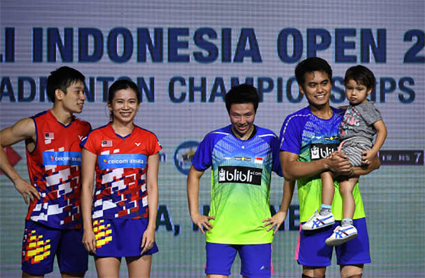 Chan Peng Soon/Goh Liu Ying and Tontowi Ahmad/Liliyana Natsir are having fun with Tontowi holding his kid on the podium. (photo: AFP)