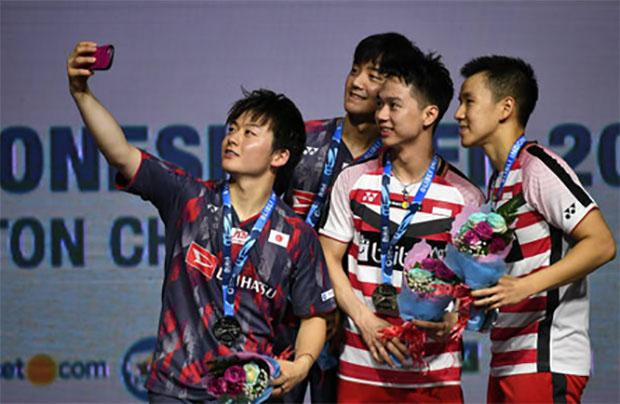 Takuto Inoue/Yuki Kaneko take selfies with Marcus Fernaldi Gideon/Kevin Sanjaya Sukamuljo. (photo: AFP)
