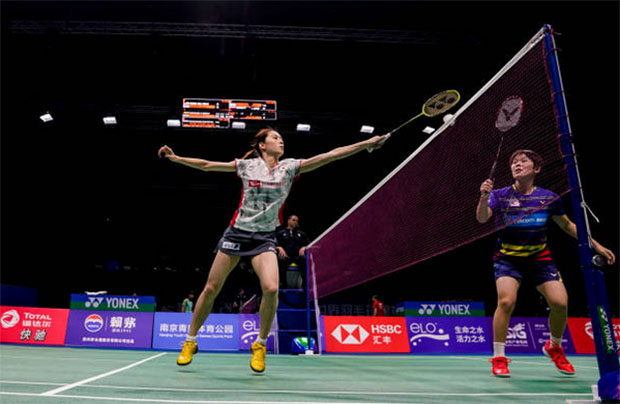 Goh Jin Wei (right) clashes with Aya Ohori in the second round of 2018 World Championships. (photo: AFP)