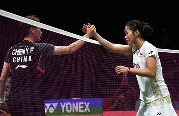 Chen Yufei (left) storms past Ratchanok Intanon in Asian Games semi-finals. (photo: AFP)