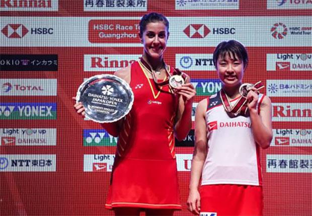 Carolina Marin poses with Nozomi Okuhara at the Japan Open award ceremony. (photo: AFP)