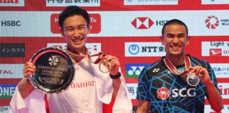 Kento Momota (L) and Khosit Phetpradab pose on the podium of the men final of Japan Open. (photo: AFP)