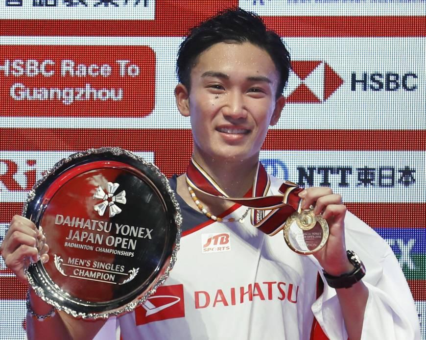 Kento Momota with his Japan Open trophy. (photo: AFP)