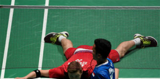 Anthony Sinisuka Ginting (blue) overcome Viktor Axelsen to reach China Open semi-finals. (photo: AFP)