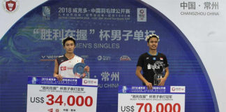 Anthony Sinisuka Ginting (R) stands on the podium with Kento Momota. (photo: AFP)