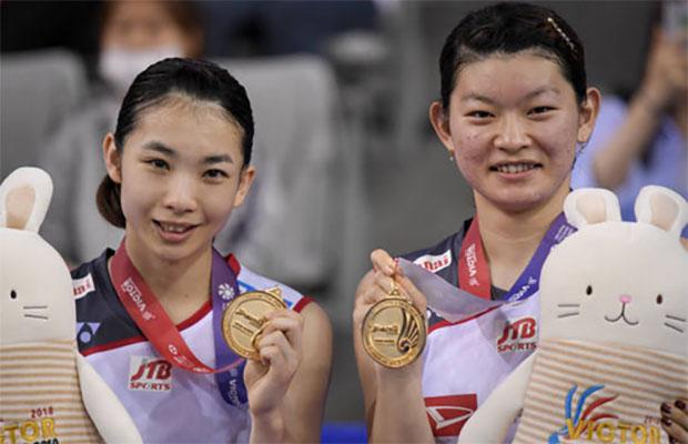 Misaki Matsutomo/Ayaka Takahashi pose for picture at the award ceremony. (photo: AFP)
