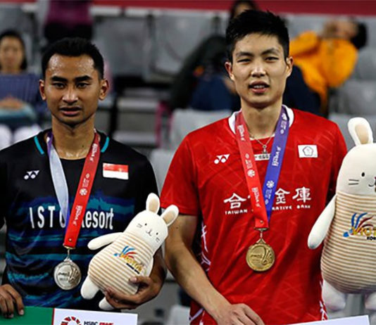 Runner-up Tommy Sugiarto (left) poses for a picture with winner Chou Tien Chen during the podium ceremony at the Korea Open. (photo: AFP)