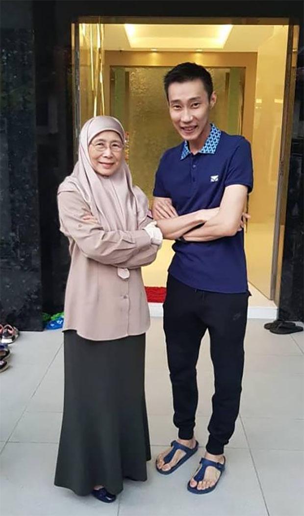 Datuk Seri Dr Wan Azizah binti Wan Ismail and Lee Chong Wei (R) pose for picture. (photo: Datuk Seri Dr Wan Azizah binti Wan Ismail's Facebook)