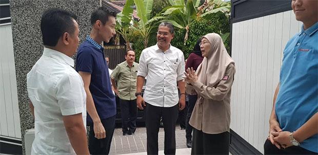 Lee Chong Wei chats with Dr Wan Azizah binti Wan Ismail. (photo: Datuk Seri Dr Wan Azizah binti Wan Ismail's Facebook)