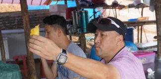 Li Yongbo enjoys the Musang King durian. (photo: Nanyang)