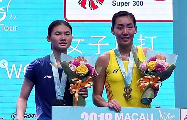 Michelle Li (R) and Han Yue pose for picture during the Macau Open award ceremony. (photo: AFP)