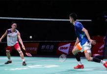 Kento Momota (L) battles past Chen Long in China Open semi-final. (photo: AFP)