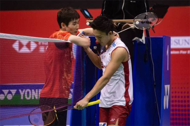 Son Wan Ho shakes hand with Kento Momota after their Hong Kong Open semi-final match. (photo: AFP)