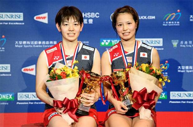 Yuki Fukushima/Sayaka Hirota show their Hong Kong Open gold medals during the award ceremony. (photo: AFP)