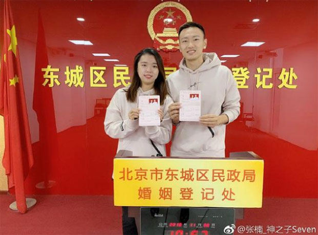 Zhang Nan and Tian Qing show their marriage certificate at the Marriage Registration Office of Beijing. (photo: Zhang Nan's social media)
