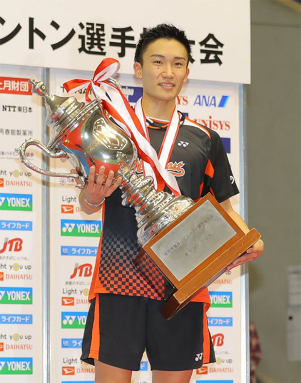Kento Momota holds the huge trophy after winning his second Japan national title. (photo: Kyodo)