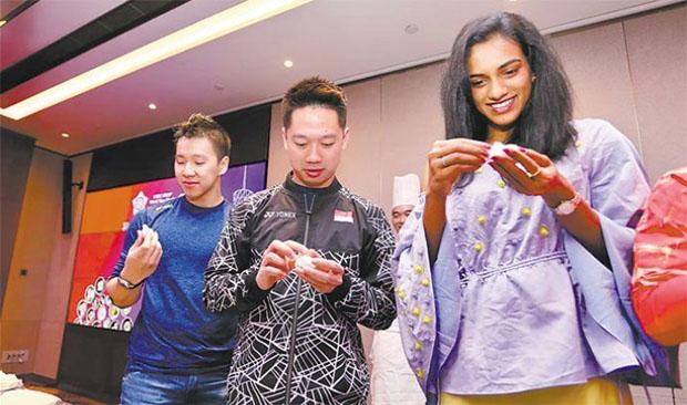Marcus Fernaldi Gideon, Kevin Sanjaya Sukamuljo, PV Sindhu make Chinese dumpling. (photo: AFP)