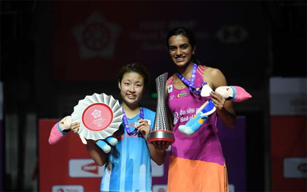 PV Sindhu (R) claims the 2018 BWF World Tour Finals with 2-0 win over Nozomi Okuhara. (photo AFP)