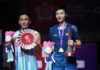 Shi Yuqi (R) beats Kento Momota to win the 2018 BWF World Tour Finals. (photo AFP)